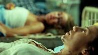 María conoce a otra mujer afectada por la catástrofe mientras espera en la camilla